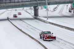 Pługu samochód na I-95 po zimy burzy Obrazy Stock