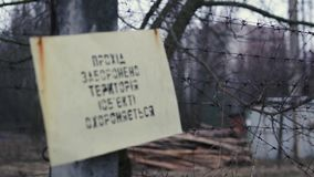 1080p video van het waarschuwingsbord in Oekraïener dichtbij Tchernobyl, Pripyat, de Oekraïne stock footage