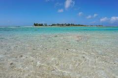 Płytka woda i tropikalna wyspa w tle Zdjęcia Stock