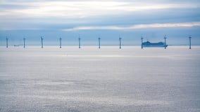 Pływa statkiem liniowa blisko na morzu wiatrowego gospodarstwa rolnego w ranku Fotografia Royalty Free