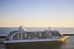 Pływa statkiem liniowa SIEDEM morzy VOYAGER w portowym Klaipeda Obraz Royalty Free