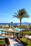 Pływacki basen blisko plenerowej restauraci przy luksusowym hotelem fotografia stock