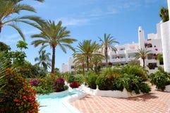 Pływacki basen i budynek luksusowy hotel Fotografia Royalty Free