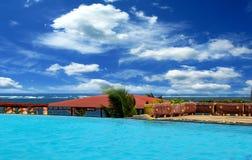 Pływacki basen i ocean w Kenja Zdjęcia Royalty Free