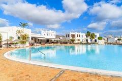 Pływacki basen luksusowy kompleks apartamentów Zdjęcie Stock