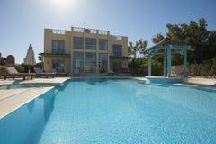 Pływacki basen przy przy luksusowym tropikalnym wakacyjnym willa kurortem Fotografia Stock