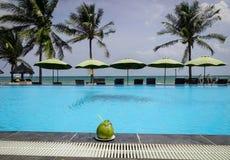 Pływacki basen przy nadmorski hotelem w Wietnam Zdjęcia Stock