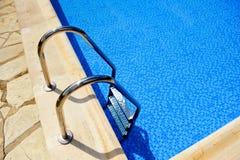 Pływacki basen, stali nierdzewnej drabina Obrazy Royalty Free