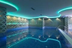 Pływacki basen w luksusowego hotelu zdroju centrum Zdjęcia Stock