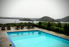 Pływacki basen w luksusowym hotelu zdjęcie stock