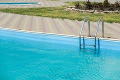 Pływacki basen z metali schodkami plenerowymi w intymnym domu Obrazy Royalty Free