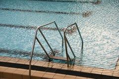 Pływackiego basenu schodki Obrazy Royalty Free