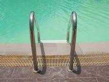 Pływackiego basenu woda z schodkiem Obrazy Stock