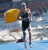 Pływaczka Henri Schoeman wspinaczkowy up od wody (RSA) Obrazy Stock