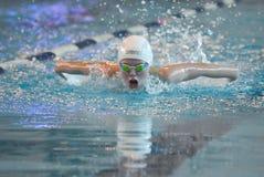 Pływaczka uczestniczy w rywalizaci Fotografia Stock