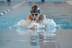 Pływaczka uczestniczy w rywalizaci Obrazy Royalty Free