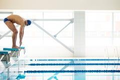 Pływaczki pozycja na zaczyna bloku Zdjęcie Royalty Free