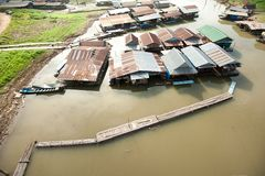 Pływakowa wioska na Songkaria rzece obrazy royalty free
