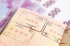 Paß mit Stempeln auf einem Geld Lizenzfreie Stockfotos