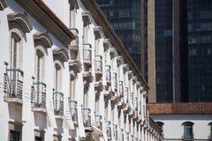 Paço impérial, Rio de Janeiro : le contraste entre les bâtiments coloniaux et modernes d'architecture photos stock