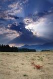 País árido que aguarda una tormenta foto de archivo libre de regalías