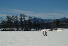 País cruzado Skiiers Imagenes de archivo