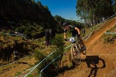 País de etapa X do vôo da rampa do ciclista da raça de MTB Fotos de Stock