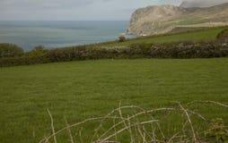 País de Gales, el Reino Unido - prados verdes y mares azules Imagen de archivo
