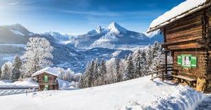 País de las maravillas del invierno con los chalets de la montaña en las montañas fotografía de archivo libre de regalías