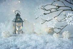 País de las maravillas escarchado del invierno con las nevadas y las luces de la magia Papá Noel en un trineo Copie el espacio fotografía de archivo
