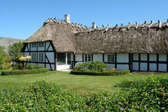 País dinamarquês clássico tradicional casa thached Foto de Stock Royalty Free