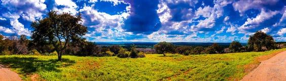 País do monte de Texas em um dia de verão Céu azul e cloudscape brilhantes imagem de stock royalty free