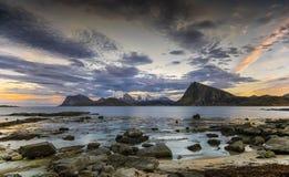 País dos duendes Paisagem litoral das ilhas de Lofoten, Noruega do norte imagem de stock royalty free