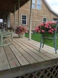País Front Porch e cadeiras de balanço fotografia de stock royalty free