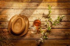 País - tarro de la miel, del sombrero del jardinero y de la rama de árbol floreciente Imagen de archivo libre de regalías