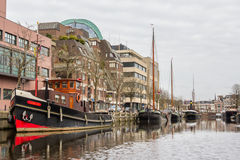 PAÍSES BAIXOS, LEEUWARDEN - 9 DE ABRIL DE 2015: Vista de um barco no th Foto de Stock Royalty Free