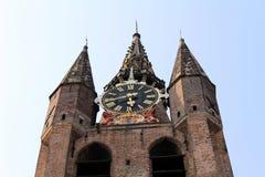 Países Baixos, louça de Delft, Oude Kerk - torre de pulso de disparo imagens de stock