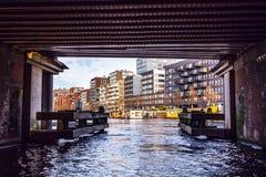 PAÍSES BAJOS, AMSTERDAM - 15 DE ENERO DE 2016: Puente en el canal de río en enero Amsterdam - Países Bajos Foto de archivo libre de regalías