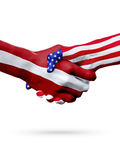 Países das bandeiras Letónia e do Estados Unidos, aperto de mão overprinted Fotos de Stock