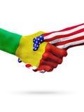 Países das bandeiras Mali e do Estados Unidos, aperto de mão overprinted Imagens de Stock