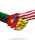 Países das bandeiras República dos Camarões e do Estados Unidos, aperto de mão overprinted Imagem de Stock