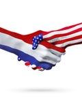 Países de las banderas Países Bajos y de Estados Unidos, apretón de manos sobreimpreso Foto de archivo