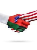 Países do Estados Unidos de Madagascarand das bandeiras, aperto de mão overprinted Imagens de Stock Royalty Free