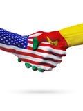 Países do Estados Unidos e da República dos Camarões das bandeiras, aperto de mão da parceria Fotografia de Stock Royalty Free