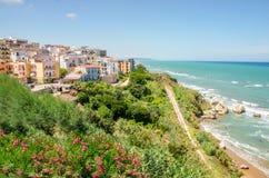 Países mediterrâneos do gargano de Italia do apulia da vila do garganico de Rodi fotografia de stock