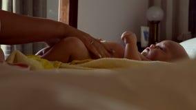 Pañal cambiante del bebé de la madre metrajes