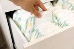 pañales Aislado Cuidado del bebé Tiro del estudio Pilas de pañales para los niños aislados en el fondo blanco Pila de bebé Fotografía de archivo