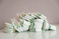 pañales Aislado Cuidado del bebé Tiro del estudio Pilas de pañales para los niños aislados en el fondo blanco Pila de bebé Foto de archivo libre de regalías