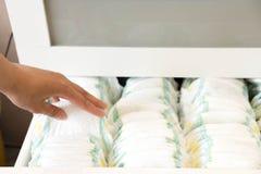 pañales Aislado Cuidado del bebé Tiro del estudio Pilas de pañales para los niños aislados en el fondo blanco Pila de bebé Imagen de archivo