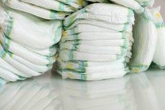 pañales Aislado Cuidado del bebé Tiro del estudio Pilas de pañales para los niños aislados en el fondo blanco Pila de bebé Imágenes de archivo libres de regalías
